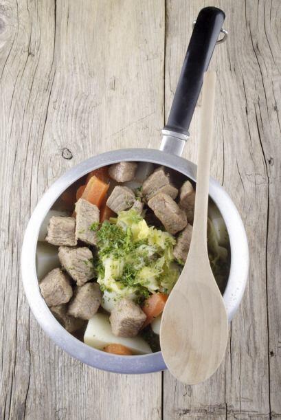 En una cazuela mediana coloca la carne, manojo de hierbas, cebada, cebol...