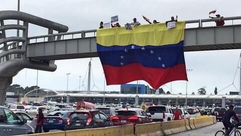 Bandera de Venezuela en la frontera más transitada del mundo.