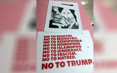 Activistas trabajaron hasta tarde para tener listos los carteles para la...