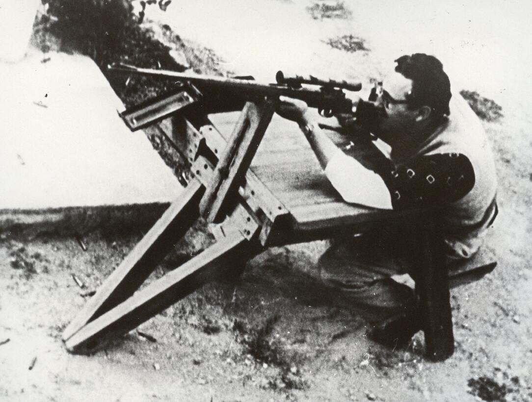 Fidel Castro practica tiro en México, antes de su viaje a Cuba para la t...