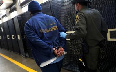 Un agente encamina a un reo en un penal de California.