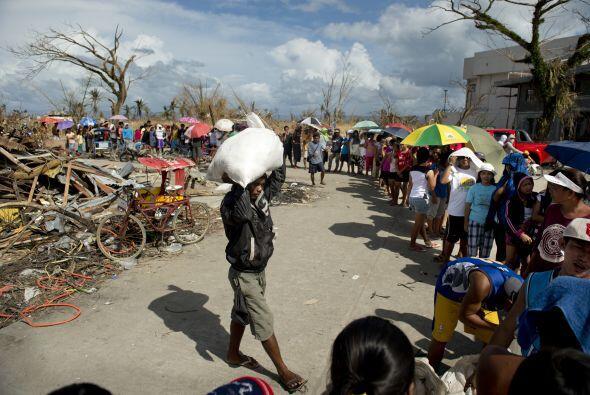 El Haiyan, con vientos de hasta 195 millas por hora (315 kilómetros por...