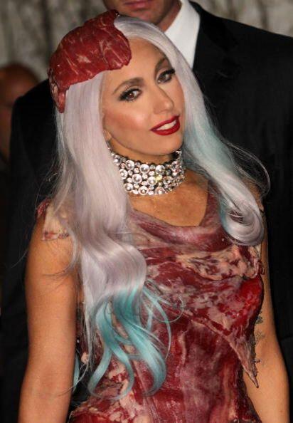 Lady Gaga es otra 'celeb' que ha llevado este 'look'. La verdad es que l...