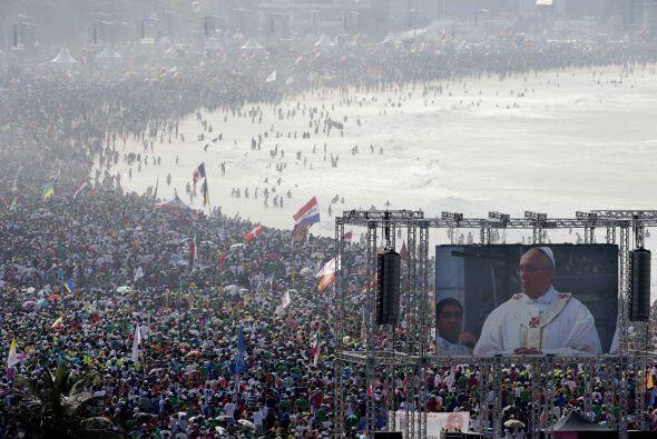 El papa Francisco pidió el domingo a los tres millones de jóvenes reunid...