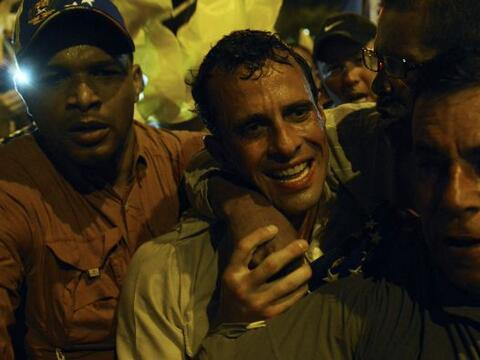 Capriles encabezó una caminata nocturna por una importante avenid...