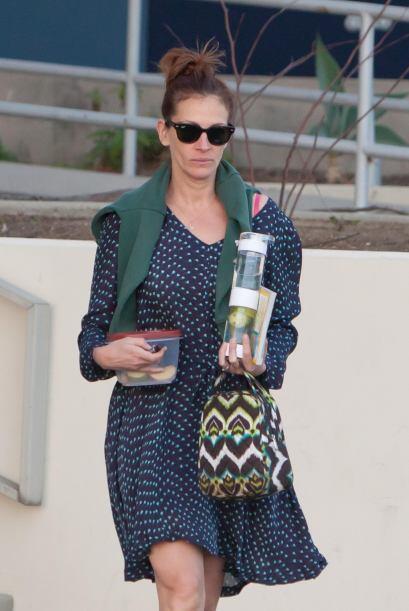 Julia Roberts se ve fresca y ligera con 'polka dots' en azul.