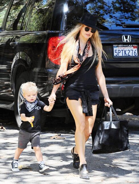 La famosa lleva un look candente mientras lleva a su adorable nene Axl D...