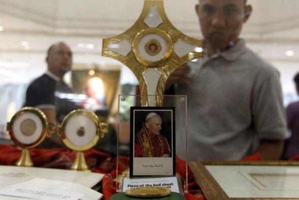 Filipinos observan reliquias del papa Juan Pablo II en un centro comerci...