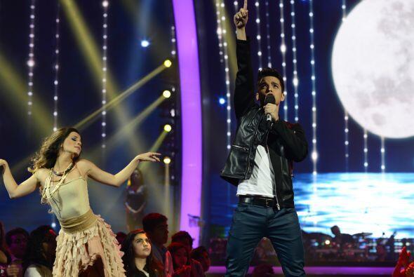 Una bailarina lo acompañó en el escenario.