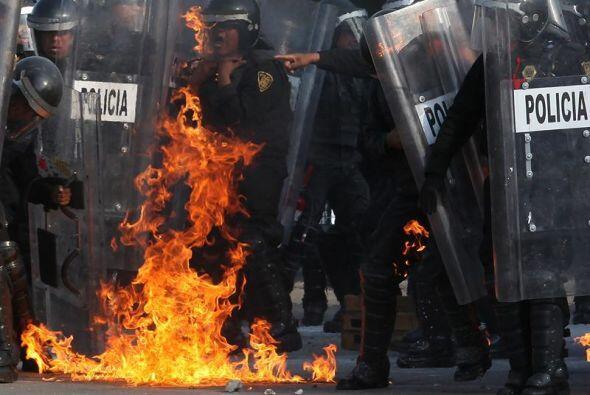 Los anarquistas atacaron a los granaderos con bombas molotov. Varios ele...