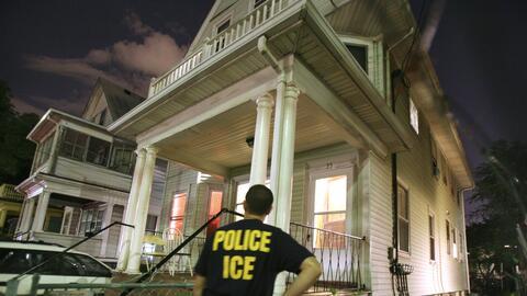 Agente federal de ICE durante una redada