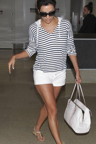 Eva completó su look con una blusa a rayas azules y unas sandalias que c...