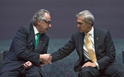 Miguel Ángel Mancera  y Decio de María intercambian saludo.
