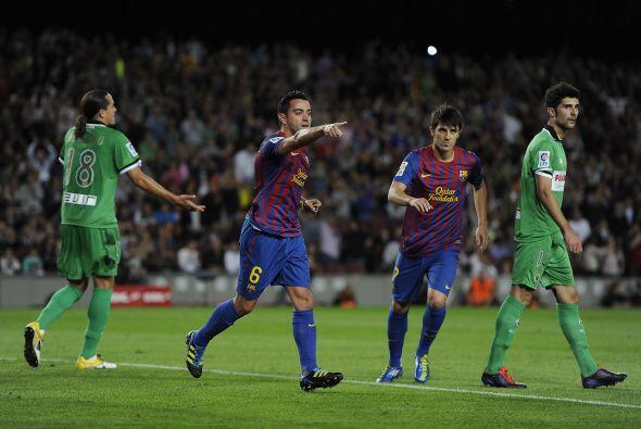 Justo a la mitad del primer tiempo llegó el 2 a 0. Xavi Hernández, de ca...