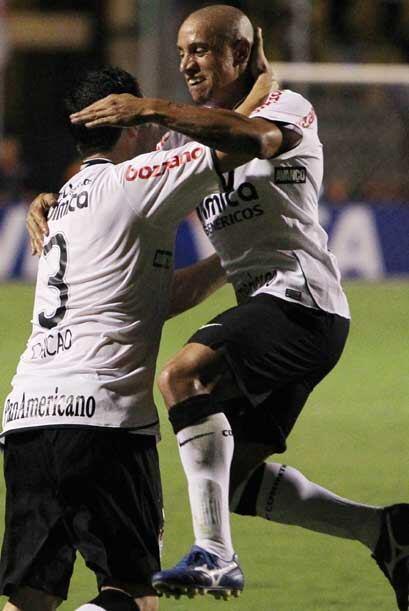 La otra figura veterano de Corinthians, Roberto Carlos, celebrando el tr...