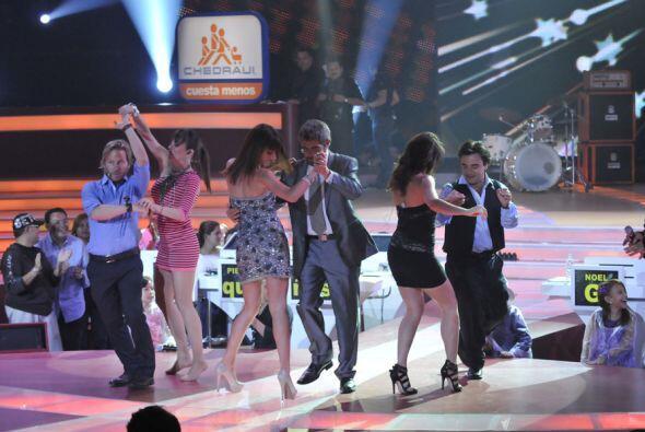 El escenario se convierte en una fiesta durante los cortes del l show.