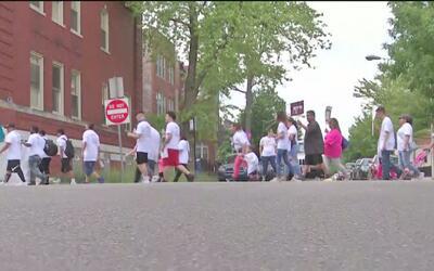 Realizan marcha en el norte de Chicago para rechazar los tiroteos callej...