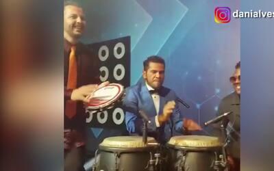 Dani Alves no solo canta, baila y juega, ahora se luce como percusionista