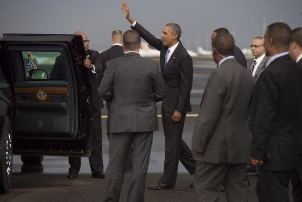 El mandatario saluda de lejos a quienes fueron a la recepción.