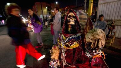 La Santa Muerte, cuya imagen es asociada con los narcos mexicanos, cuent...