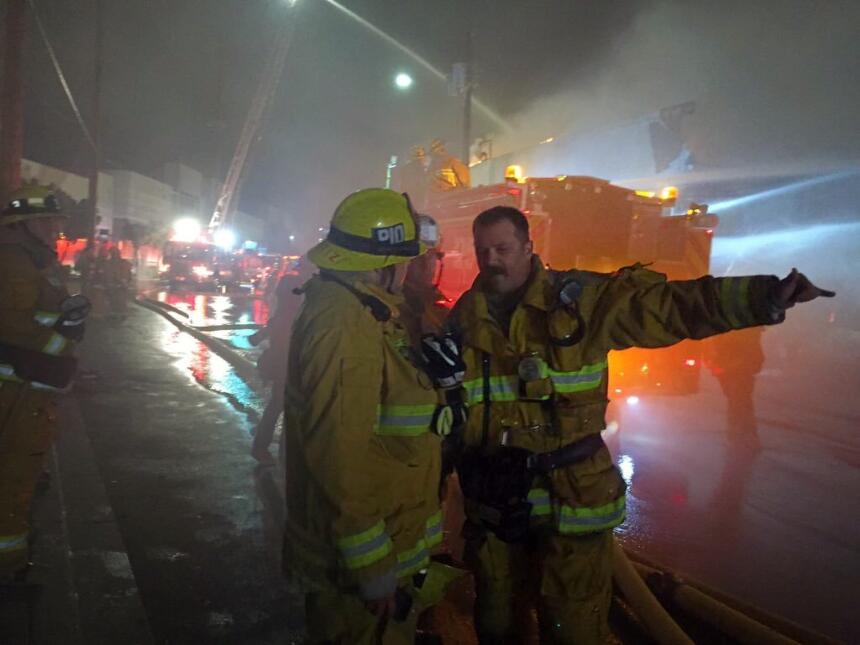 Dos bomberos hablan sobre el masivo incendio del almacén en Boyle Heights