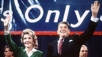 El entonces presidente y candidato presidencial Ronald Reagan, y su espo...