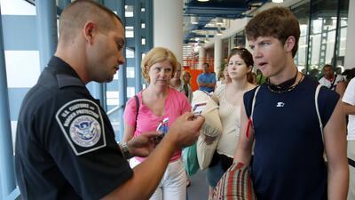Una regla de inmigración puede poner en riesgo a residentes legales permanentes que viajan fuera de EEUU