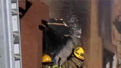 Los bomberos continuan trabajando despues de haber controlado las llamas.