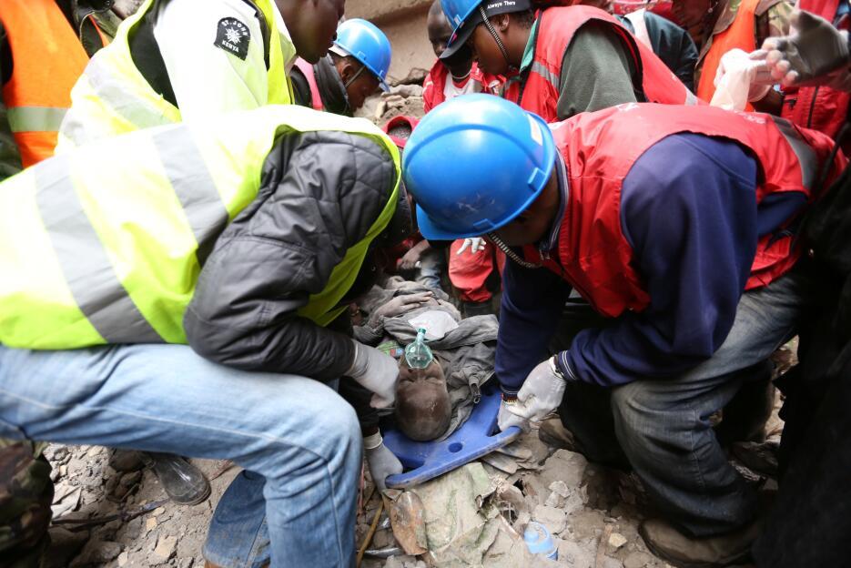 A contrarreloj buscan sobrevivientes en un edificio colapsado en Kenia K...