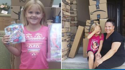 Madre da lección a su hija de 6 años que compró sin su permiso $400 en juguetes por Internet