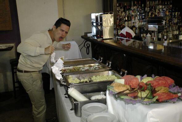 Alejandro Chabán checando los detalles del desayuno.