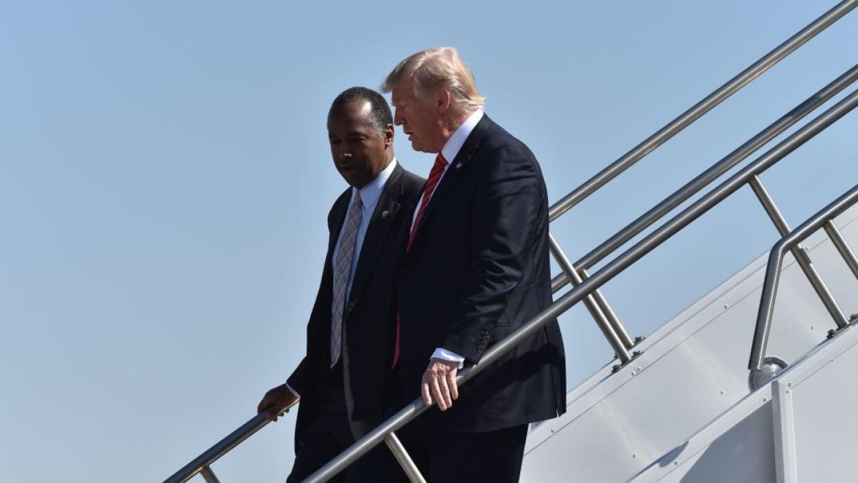 El presidente Trump (derecha) junto a Ben Carson, secretario de Vivienda...