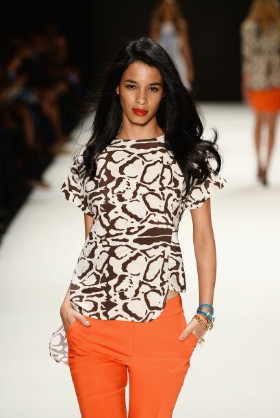 Atrévete a lucir un pantalón naranja y combínalo con una blusa que tenga...