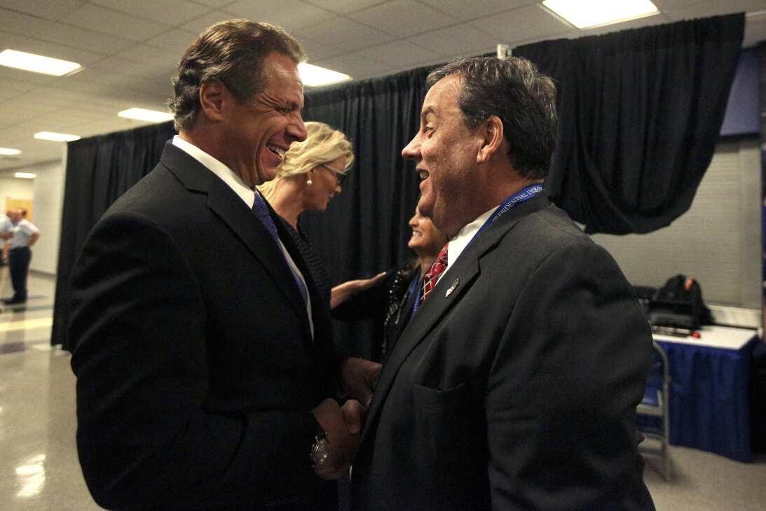 El gobernador de Nueva York, Andrew Cuomo, saluda al gobernador de Nueva...