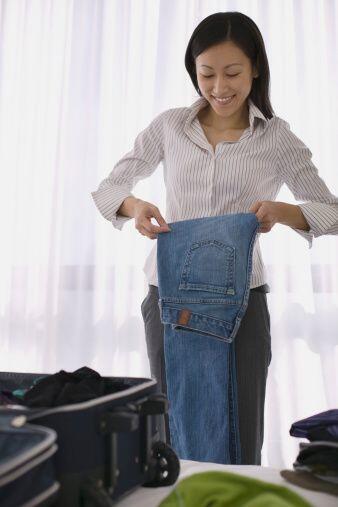Para los pantalones, lo mejor es guardarlos doblados en un cajón, pues l...