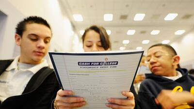 Estudiantes del New Design Charter School asisten a Cash for College, un...