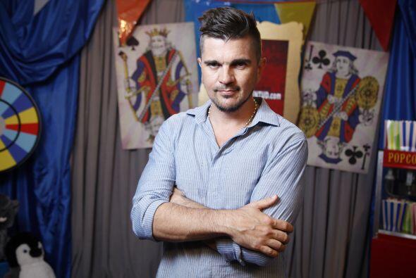 Juanes no enseñó piel, pero si unos ojos divinos.