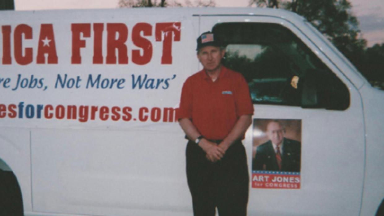 """""""Estados Unidos primero"""": Jones posa junto a uno de los vehícu..."""