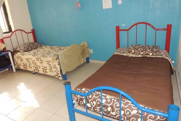 La habitación en el refugio la comparte con otros dos chicos ahí alberga...