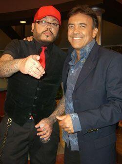 El cantante posa con Gerardo Flores, el músico del show.