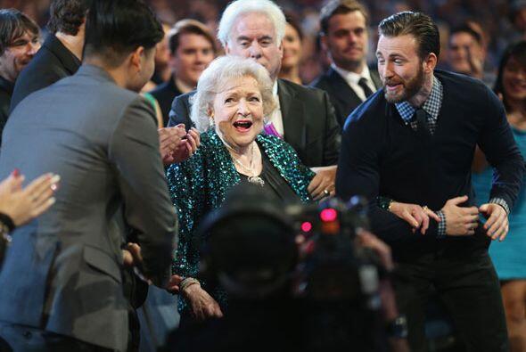 Así reaccionó Betty White al ganar. Nota a Chris Evans ofreciéndose a ll...