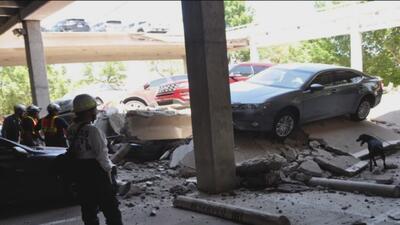 Ingenieros evalúan el estado del estacionamiento que colapso y afectó varios vehículos en Irving