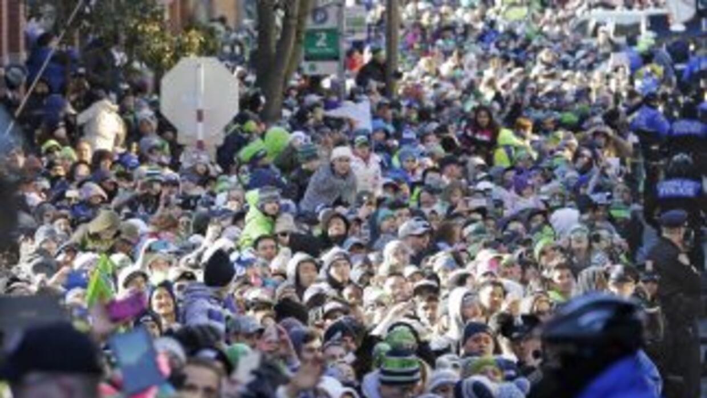 Los fanáticos de los Seahawks están felicides y tienen buen corazón (AP-...