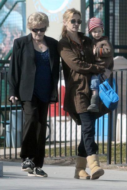 El padre biológico de Julia, Walter Grady, también murió de cáncer, a lo...