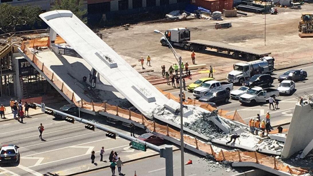 Lugar del incidente con equipos de rescate tratando de liberar a posible...