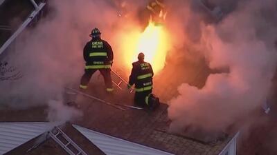 En condición crítica se encuentra un policía tras voraz incendio en el noroeste de Chicago
