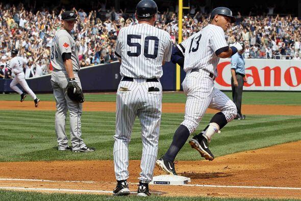 Al dar la vuelta por la primera base, A-Rod saludó en seña...