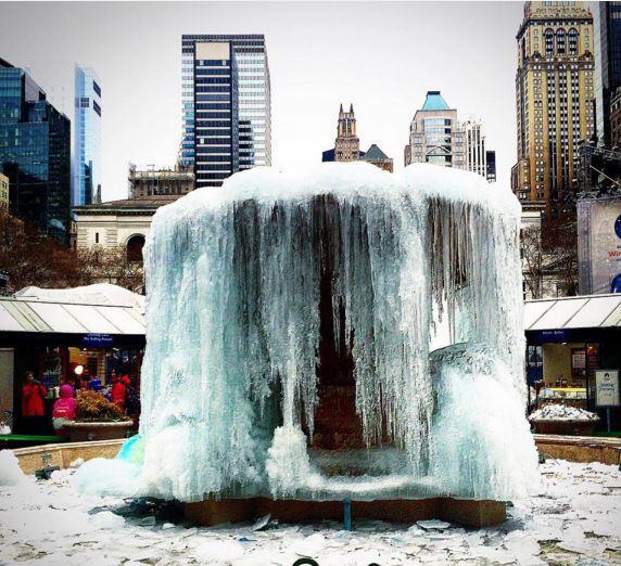 ¡Fuente de Bryant Park amanece congelada!