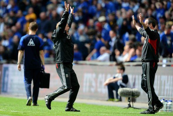 Kenny Dalglish saltaba de alegría en conjunto con su cuerpo técnico.
