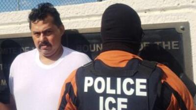 Un agente de ICE y otro de la Agencia de Investigaciòn Criminal proceden...